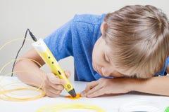 Kind met 3d pen Creatief, technologie, vrije tijd, onderwijsconcept Royalty-vrije Stock Afbeelding