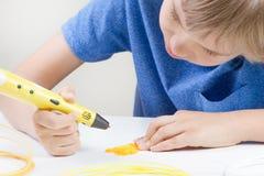Kind met 3d pen Creatief, technologie, vrije tijd, onderwijsconcept Stock Afbeelding