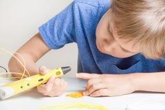 Kind met 3d pen Creatief, technologie, vrije tijd, onderwijsconcept Royalty-vrije Stock Afbeeldingen