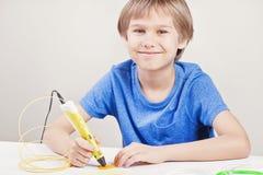 Kind met 3d pen Creatief, technologie, vrije tijd, onderwijsconcept Royalty-vrije Stock Foto's