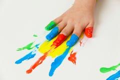 Kind met de kleuren van vingerverven royalty-vrije stock afbeelding