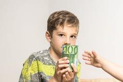 Kind met een euro spaarvarken, stock afbeelding