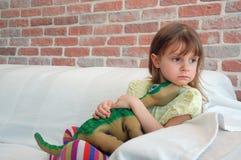 Kind met een favoriet stuk speelgoed Royalty-vrije Stock Afbeeldingen