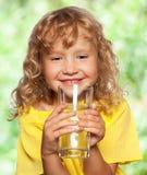 Kind met een glas water royalty-vrije stock foto's