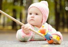 Kind met een houten stuk speelgoed Stock Foto's