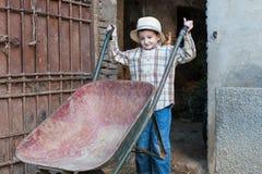 Kind met een kruiwagen Stock Afbeeldingen