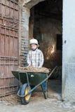 Kind met een kruiwagen Royalty-vrije Stock Afbeelding