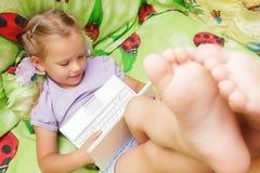 Kind met een laptop computer Royalty-vrije Stock Afbeelding