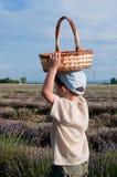 Kind met een mand op het gebied Stock Fotografie