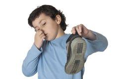 Kind met een muffe neus die een laars neemt Stock Foto