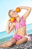 Kind met een sinaasappel stock fotografie