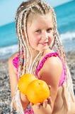 Kind met een sinaasappel stock afbeelding