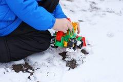 Kind met een stuk speelgoed bulldozer Royalty-vrije Stock Foto's