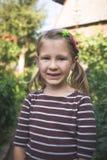 Kind met een tand orthodontisch apparaat en zonder één tand royalty-vrije stock foto