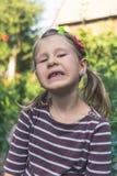 Kind met een tand orthodontisch apparaat en zonder ??n tand stock afbeeldingen