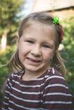 Kind met een tand orthodontisch apparaat en zonder ??n tand royalty-vrije stock foto