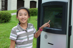 Kind met elektronische kaarten Stock Afbeeldingen