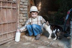 Kind met fles koemelk rechtstreeks van de koe Royalty-vrije Stock Afbeelding