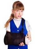 Kind met gebroken wapen. Stock Afbeeldingen