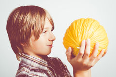 Kind met gele meloen Stock Afbeelding