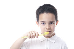 Kind met gele tandenborstel en wit overhemd. Stock Foto's