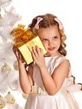 Kind met giftdoos dichtbij witte Kerstboom royalty-vrije stock afbeelding