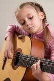 Kind met gitaar Stock Foto's