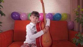 Kind met gitaar stock footage