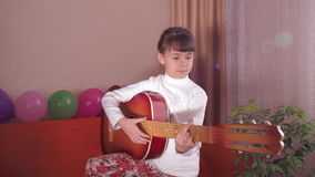 Kind met gitaar stock videobeelden