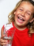 Kind met glas water Stock Afbeelding