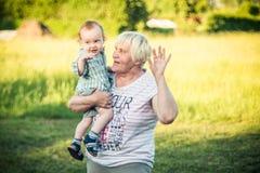 kind met grootmoeder in openlucht stock foto