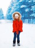 Kind met hart in handen in openlucht in de winter royalty-vrije stock foto