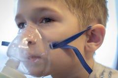 Kind met het Inhaleertoestel stock foto