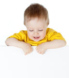 Kind met het lege aanplakbord van de reclamebanner stock foto's