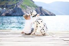Kind met hond Stock Afbeelding