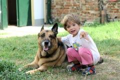Kind met hond Stock Afbeeldingen