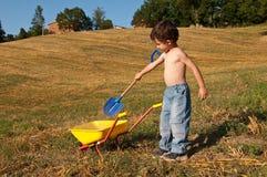 Kind met hulpmiddelen en kruiwagen royalty-vrije stock foto