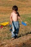Kind met hulpmiddelen om te graven stock afbeelding