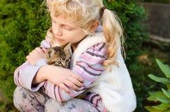 Kind met Kat Stock Afbeeldingen