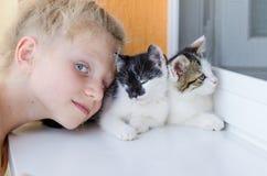Kind met katten Stock Afbeeldingen