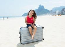 Kind met koffer bij Copacabana-strand in Rio de Janeiro stock fotografie