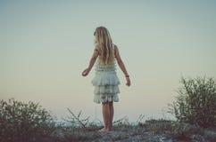Kind met lang blond haar en witte prinseskleding Royalty-vrije Stock Foto