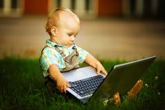 Kind met laptop royalty-vrije stock afbeelding
