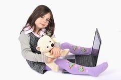 kind met laptop Stock Afbeelding