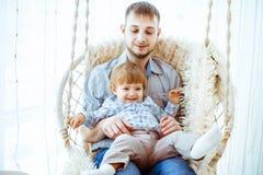 Kind met mamma op de schommeling Stock Foto