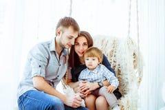 Kind met mamma op de schommeling Royalty-vrije Stock Foto