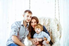 Kind met mamma op de schommeling Royalty-vrije Stock Afbeelding