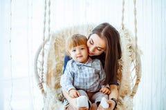 Kind met mamma op de schommeling Royalty-vrije Stock Foto's