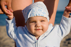 Kind met moeder op de kust Royalty-vrije Stock Foto