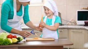 Kind met mum schone wortelen stock video